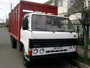 Camión 3/4 mazda t3500 cabina blanca barandas rojas papeles al día.
